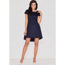 Niebieska Skromna Sukienka z Dłuższym Tyłem z Plisą. Czarne sukienki mini marki bonprix, do pracy, w paski, biznesowe, moda ciążowa. Za 109,90 zł.