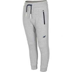 Spodnie dresowe dla dużych chłopców JSPMD216 - chłodny jasny szary. Szare spodnie dresowe chłopięce marki 4F JUNIOR. Za 49,99 zł.