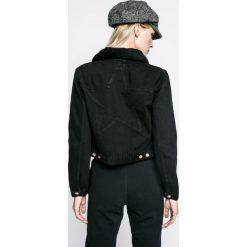 Wrangler - Kurtka. Szare kurtki damskie jeansowe marki Wrangler, na co dzień, m, z nadrukiem, casualowe, z okrągłym kołnierzem, mini, proste. W wyprzedaży za 279,90 zł.