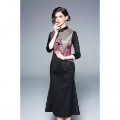Sukienka w kolorze czarnym ze wzorem. Czarne sukienki na komunię marki Zeraco, z dekoltem na plecach, midi, proste. W wyprzedaży za 349,95 zł.