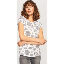 T-shirt we wzory - Biały. Białe t-shirty damskie Reserved, l. Za 39,99 zł.