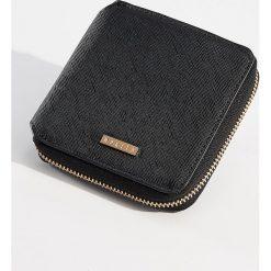 Mały portfel ze strukturalną powierzchnią - Czarny. Czarne portfele damskie Mohito. Za 39,99 zł.