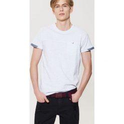 T-shirty męskie: T-shirt z kontrastowym detalem – Jasny szar