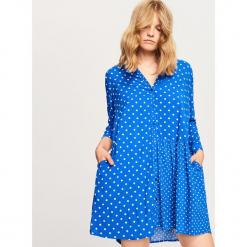 Koszulowa sukienka w kropki - Niebieski. Niebieskie sukienki marki Reserved, w kropki, z koszulowym kołnierzykiem, koszulowe. Za 69,99 zł.