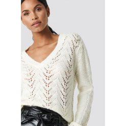 NA-KD Trend Sweter z dekoltem V - White,Offwhite. Białe swetry oversize damskie marki NA-KD Trend, z nadrukiem, z jersey, z okrągłym kołnierzem. Za 202,95 zł.