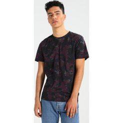 Calvin Klein JALAM Tshirt z nadrukiem purple. Pomarańczowe t-shirty męskie z nadrukiem marki Calvin Klein, l, z bawełny, z okrągłym kołnierzem. Za 279,00 zł.