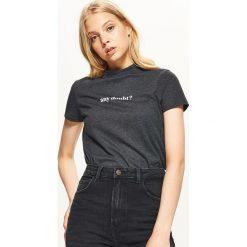 Koszulka z napisem - Szary. Szare t-shirty damskie marki Cropp, l, z napisami. Za 19,99 zł.