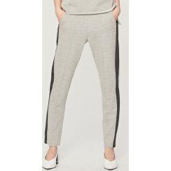 Spodnie dresowe damskie: Spodnie dresowe z lampasem – Jasny szar