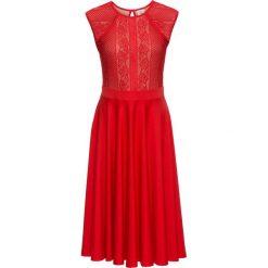 Sukienka z koronką bonprix czerwony sygnałowy. Czerwone sukienki hiszpanki bonprix, w koronkowe wzory, z koronki. Za 149,99 zł.