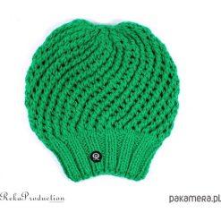 Czapki damskie: zielona czapka ażurowa na drutach
