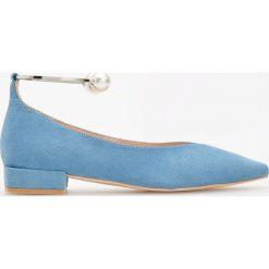 Balerinki z bransoletką - Niebieski. Niebieskie baleriny damskie lakierowane Reserved. W wyprzedaży za 39,99 zł.