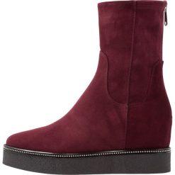 MA&LO Kozaki na platformie amalfi bordeaux. Czarne buty zimowe damskie marki Kazar, z futra, przed kolano, na wysokim obcasie, na koturnie. W wyprzedaży za 807,20 zł.