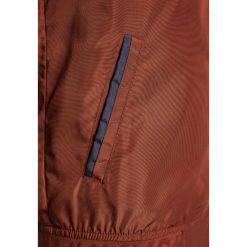 IKKS JACK Kurtka Bomber chocolate. Brązowe kurtki chłopięce przeciwdeszczowe IKKS, z materiału. Za 369,00 zł.