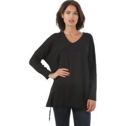Sweter w kolorze czarnym. Czarne swetry klasyczne damskie marki L'étoile du cachemire, z kaszmiru, ze sznurowanym dekoltem. W wyprzedaży za 129,95 zł.