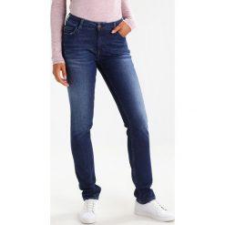 Mustang SISSY SLIM Jeansy Slim Fit super stone washed. Niebieskie jeansy damskie marki Mustang, z aplikacjami, z bawełny. W wyprzedaży za 220,35 zł.