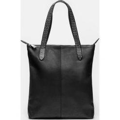 Czarna torebka damska. Czarne torebki klasyczne damskie marki Kazar, w paski, ze skóry, z tłoczeniem, z frędzlami. Za 799,00 zł.