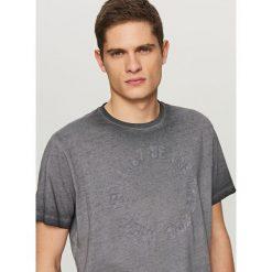 T-shirty męskie: T-shirt z wytłoczonym napisem – Granatowy
