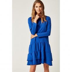 Sukienka w kolorze niebieskim. Niebieskie sukienki z falbanami marki SCUI, s, z falbankami, midi. W wyprzedaży za 149,95 zł.