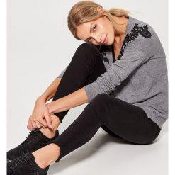 Rozpinany sweter z koronkową aplikacją - Szary. Szare kardigany damskie marki Mohito, m, z aplikacjami, z koronki. W wyprzedaży za 59,99 zł.