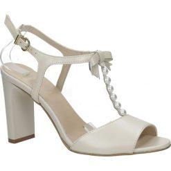 Sandały ecru skórzane z paskiem przez środek i perełkami Kordel 1680. Szare sandały damskie Kordel. Za 248,99 zł.