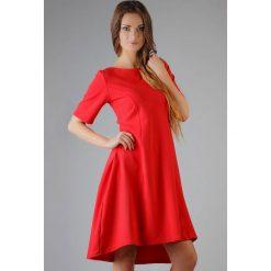 Sukienki: Czerwona Elegancka Rozkloszowana Sukienka z Wydłużonym Tyłem