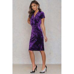 NA-KD Party Aksamitna sukienka z głębokim dekoltem - Purple. Fioletowe sukienki mini NA-KD Party, na imprezę, z elastanu, z kopertowym dekoltem, kopertowe. Za 40,95 zł.