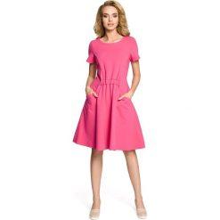 NICKI Sukienka z kieszeniami i gumką w talii - fuksja. Niebieskie sukienki marki bonprix, na spacer, na lato, w koronkowe wzory, z bawełny, dopasowane. Za 139,99 zł.