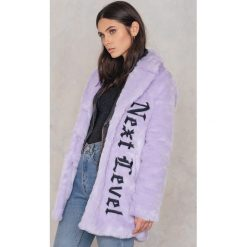 NA-KD Płaszcz ze sztucznego futra z haftem - Purple. Fioletowe płaszcze damskie marki NA-KD, z haftami, z materiału. W wyprzedaży za 178,38 zł.