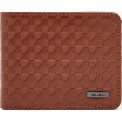 Brązowy portfel w stylu retro. Brązowe portfele męskie Pull&Bear. Za 59,90 zł.