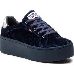 Sneakersy TOMMY JEANS - Crush Velvet Sneaker EN0EN00506  Midnight 403. Niebieskie sneakersy damskie Tommy Jeans, z jeansu. Za 399,00 zł.