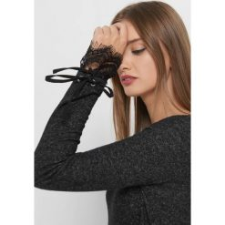 Lekki sweter z koronką. Czarne swetry klasyczne damskie marki Orsay, xs, z bawełny, z dekoltem na plecach. Za 69,99 zł.