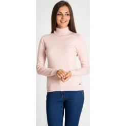 Różowy sweter z golfem QUIOSQUE. Czerwone golfy damskie QUIOSQUE, s, z dzianiny. W wyprzedaży za 79,99 zł.