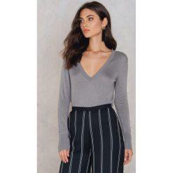Swetry klasyczne damskie: NA-KD Trend Sweter z dzianiny z dekoltem V - Grey