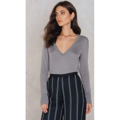 Swetry oversize damskie: NA-KD Trend Sweter z dzianiny z dekoltem V - Grey