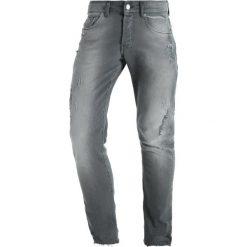 Mennace MAKAVELI DISTRESSED STEPPED RAW HEM Jeans Skinny Fit mid grey. Szare rurki męskie Mennace. W wyprzedaży za 199,20 zł.