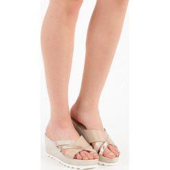Buty ślubne damskie: Klapki na koturnie KYLIE odcienie brązu i beżu