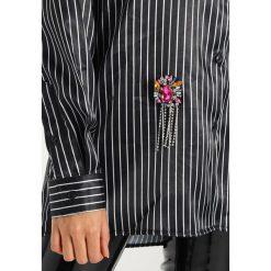 Koszule wiązane damskie: Jaded London OVERSIZED PINSTRIPE WITH BROOCHES Koszula black