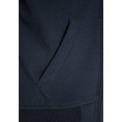 Bench Kurtka przejściowa dark navy blue. Niebieskie kurtki chłopięce przejściowe marki Bench, z elastanu. W wyprzedaży za 209,30 zł.