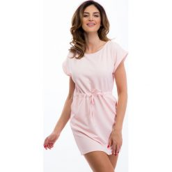 Jasnoróżowa sukienka ze sznurkiem w pasie 12660. Szare sukienki Fasardi, l. Za 44,00 zł.