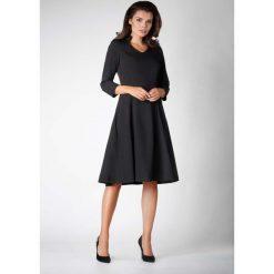 Czarna Wizytowa Rozkloszowana Sukienka na Stójce z Dekoltem V. Czarne sukienki koktajlowe marki bonprix, do pracy, w paski, moda ciążowa. W wyprzedaży za 129,18 zł.