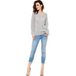 Modny ażurowy sweter jasnoszary MARY. Brązowe swetry klasyczne damskie marki Lemoniade, z klasycznym kołnierzykiem. Za 129,90 zł.