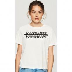 T-shirt z aplikacją - Kremowy. Białe t-shirty damskie Sinsay, l, z aplikacjami. Za 24,99 zł.