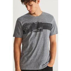 T-shirt z nadrukiem - Granatowy. Niebieskie t-shirty męskie z nadrukiem Reserved, l. Za 39,99 zł.