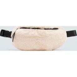 Torebki i plecaki damskie: Kremowa torebka nerka ze sztucznego futerka