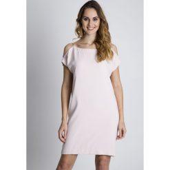 Sukienki balowe: Sukienka w pudrowym różu z odkrytymi ramionami BIALCON