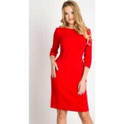 Dopasowana czerwona klasyczna sukienka QUIOSQUE. Czerwone sukienki balowe QUIOSQUE, do pracy, z tkaniny, z dekoltem na plecach, z długim rękawem, dopasowane. W wyprzedaży za 59,99 zł.