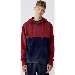 Bluza z kapturem i panelami. Czerwone bejsbolówki męskie Pull&Bear, m, z kapturem. Za 89,90 zł.