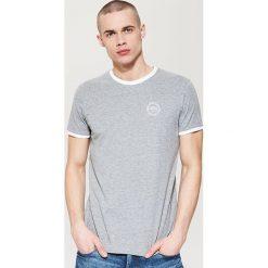 T-shirt z kontrastowym obszyciem - Szary. Czarne t-shirty męskie marki House, l, z nadrukiem. Za 35,99 zł.