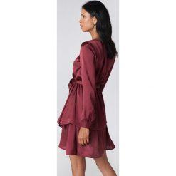 Josefin Ekström for NA-KD Sukienka z długim rękawem Flounce - Red. Czerwone sukienki na komunię Josefin Ekström for NA-KD, m, z poliesteru, z długim rękawem. Za 161,95 zł.