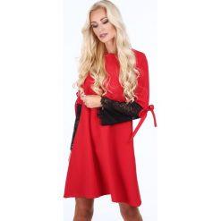 Sukienka z koronką na rękawach czerwona 1856. Czerwone sukienki Fasardi, l, w koronkowe wzory, z koronki. Za 79,00 zł.